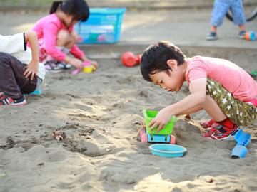 園庭には砂場がもあり、都会の中で土を身近に感じられる環境です!